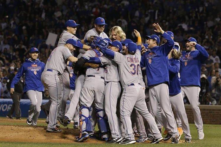 Los jugadores de los Mets festejan tras superar 4-0 la serie a los Cachorros. Foto Prensa Libre: AFP