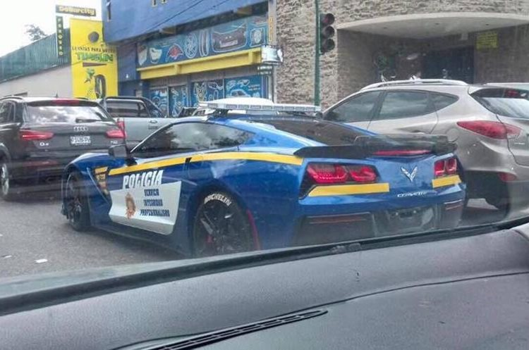 La nueva autopatrulla de la Policía de Guatemala fue captada en medio del tránsito. (Foto Prensa Libre: Tomada de Internet).
