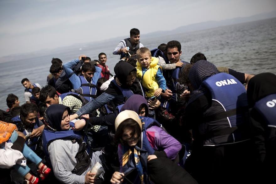 Migrantes sirios se aventuran en el Mediterráneo para llegar a Grecia. (AFP)