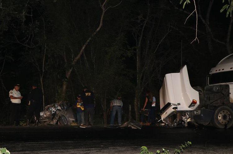 Personal del Ministerio Público y agentes policiales, recolectan evidencias en la zona donde se registró el accidente fatal. (Foto Prensa Libre: Rigoberto Escobar)