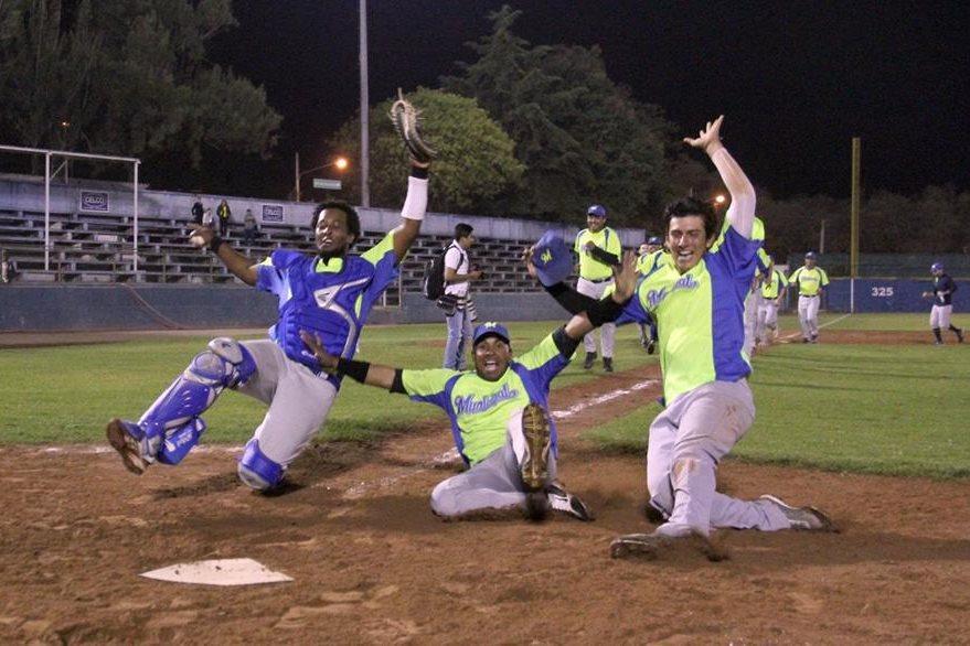 Municipal recuperó la corona luego de tres años. La fiesta de los jugadores fue grande. (Foto Prensa Libre: Cortesía CDAG).