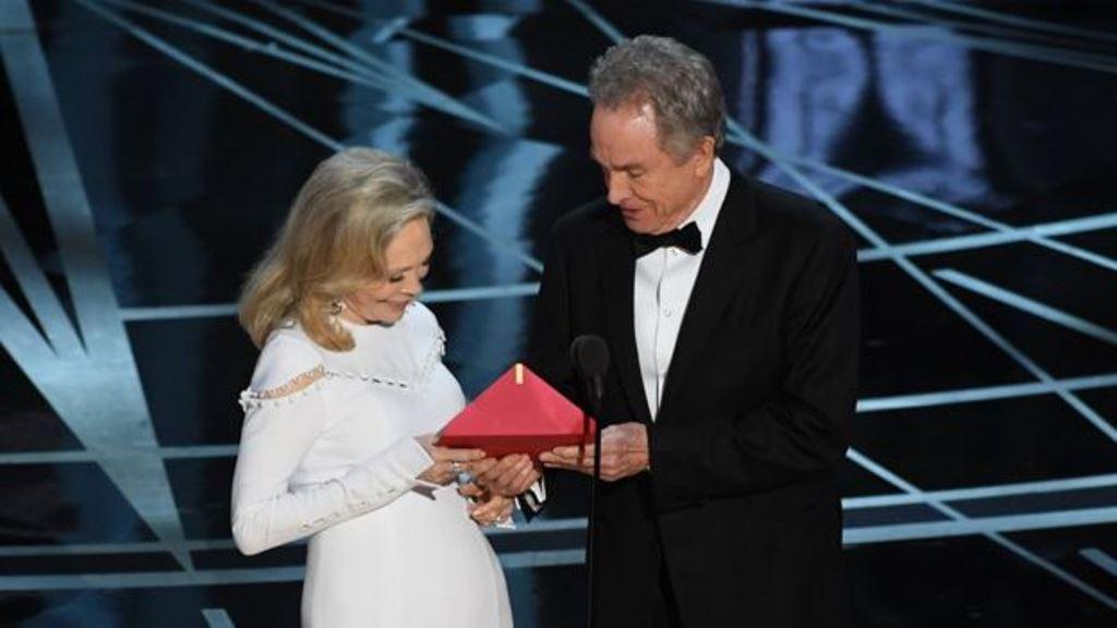 Faye Dunaway y Warren Beatty eran los encargados de hacer el anuncio más importante de la noche, el cual derivó en una penosa confusión. (GETTY IMAGES)