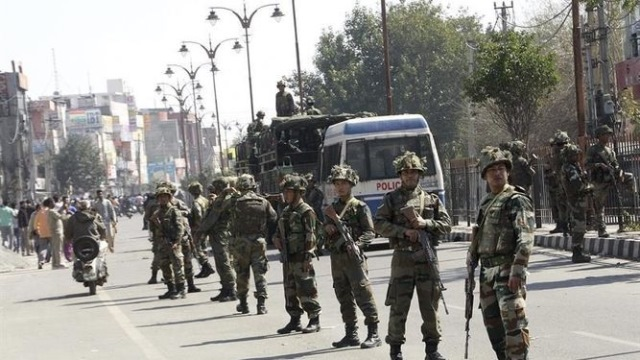 Los incidentes se produjeron en la tarde del jueves cuando la Policía trató de desalojar a un grupo de unas 2.000 personas. (Foto Prensa Libre: EFE)