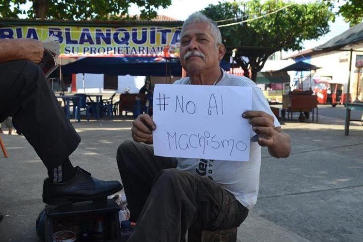 En Retalhuleu, un hombre que se dedica a lustrar zapatos rechaza el machismo. (Foto Prensa Libre: Jorge Tizol)