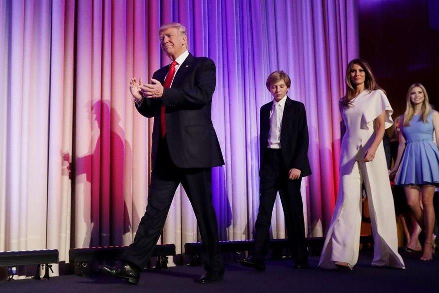 Donald Trump , presidente electo de EE. UU., acompañado de su hijo, Barron, su esposa, Melania, y su hija de otro matrimonio, Ivanka. (AFP)