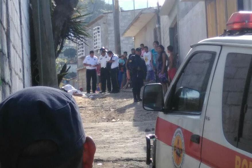 Dos hombres fueron muertos a balazos este sábado en la colonia El Rosario, Boca del Monte, Villa Canales. (Foto Prensa Libre: Estuardo Paredes)