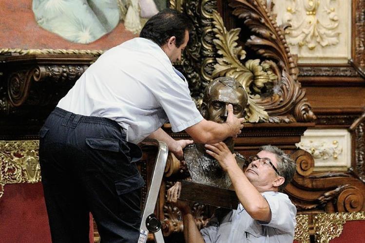 Empleados municipales de la ciudad de Barcelona quitan el busto del rey de España, Juan Carlos. (Foto Prensa Libre:AFP).
