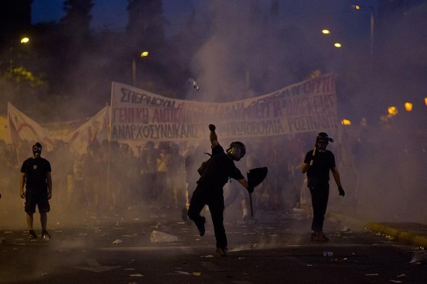 Manifestantes anti austeridad se enfrentan con policías en Atenas. (Foto Prensa Libre: AP).