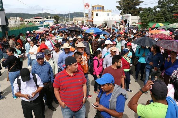 Docentes de los 33 municipios de Huehuetenango participaron en la caminata. (Foto Prensa Libre: Mike Castillo)