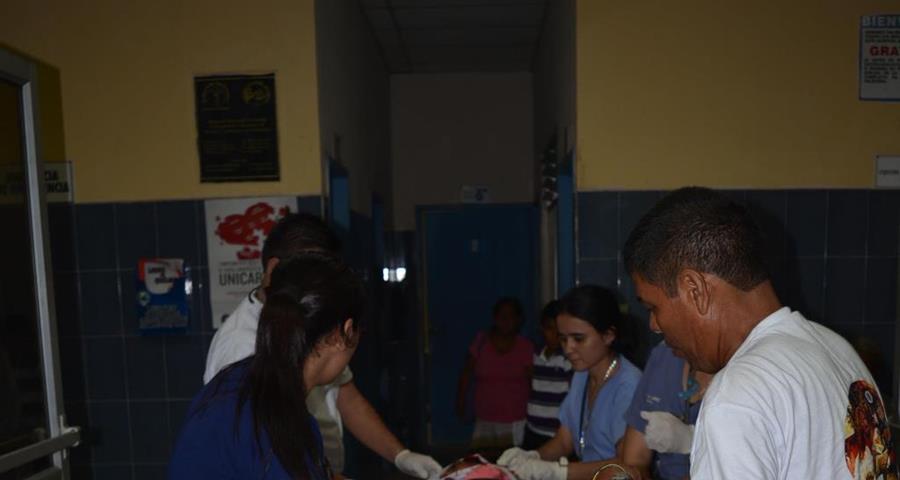 La víctima es ingresada al Hospital Regional de Escuintla. (Foto Prensa Libre: Enrique Paredes).
