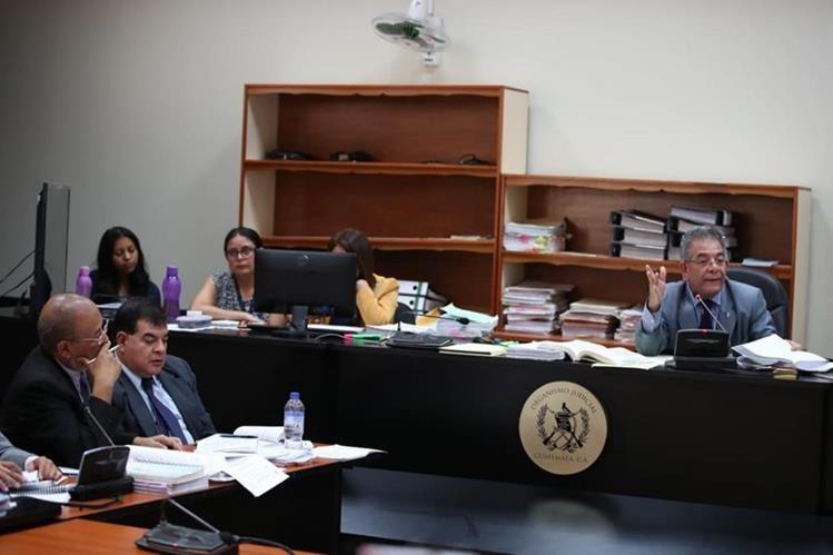El juez Miguel Ángel Gálvez luego de rechazar varios recursos planteados por la defensa del exfiscal Ronny López, inició la audiencia de primera declaración. (Foto Prensa Libre: Paulo Raquec)