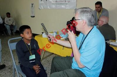 Un niño es examinado en la jornada oftalmológica llevada a cabo en la cabecera de Chimaltenango. (Foto Prensa Libre: Víctor Chamalé)