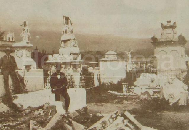 Muchas tumbas del Cementerio General de Quetzaltenango.  sucumbieron al terremoto. (Foto: el Quetzalteco)