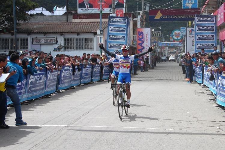 Alfredo Ajpacajá levanta los brazos en señal de triunfo al ingresar a la meta. (Foto Prensa Libre: José Rosales)