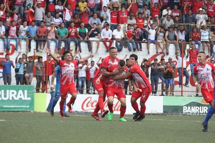 Edward Santeliz —centro—, quien volvió a anotarle por segundo partido consecutivo a los rojos, hizo explotar de felicidad a los aficionados de Malacateco que asistieron al partido de ida de la semifinal. de Municipal. (Foto Prensa Libre: Aroldo Marroquín)