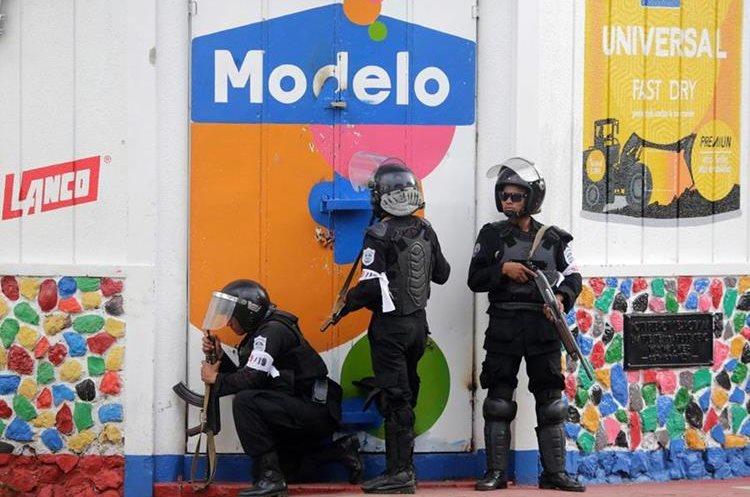 Las fuerzas de la policía antidisturbios toman posiciones para enfrentarse contra manifestantes en Monimbo en Masaya.(AFP)