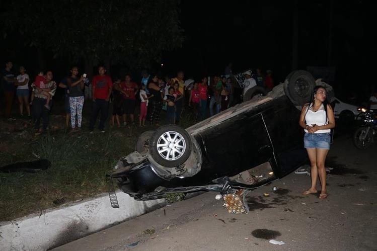 Uno de los vehículos colisionados por el tráiler volcó. (Foto Prensa Libre: Enrique Paredes).