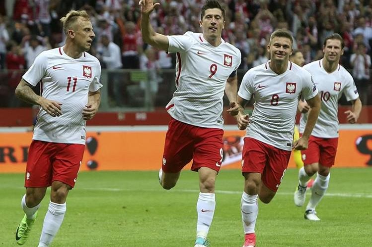 Robert Lewandowski festeja el triplete frente a Polonia. (Foto Prensa Libre: AP)