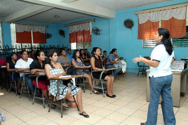 Personal de Salud capacita a docentes sobre  salud reproductiva, en Retalhuleu.