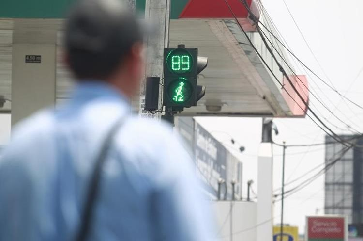 Algunos semáforos cuentan los segundos para reducir la ansiedad de los automovilistas. (Foto Prensa Libre: Carlos Hernández)