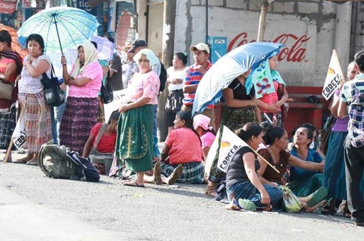 En Mazatenango algunas personas están a los lados de la carretera y bloquean por momentos.