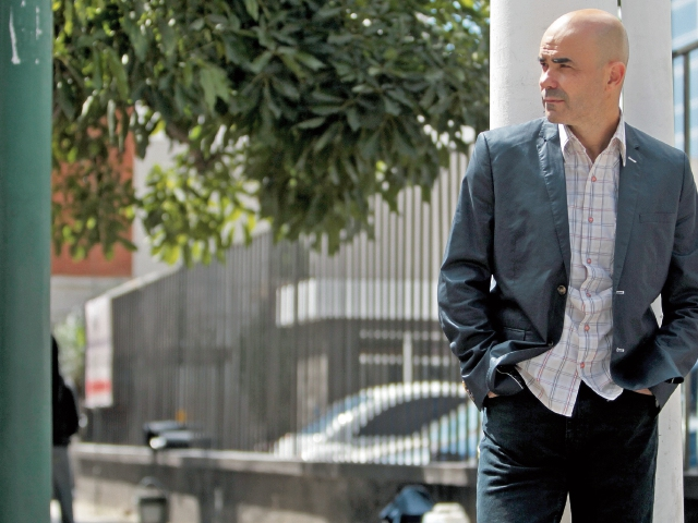 El novelista Eduardo Sacheri aborda La noche de la Usina, los problemas que enfrenta Latinoamérica.
