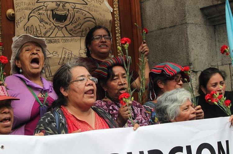 Integrantes de la Unión Nacional de Mujeres Guatemalecas expresan su rechazo contra los diputados frente al Congreso. (Foto Prensa Libre: Érick Ávila)