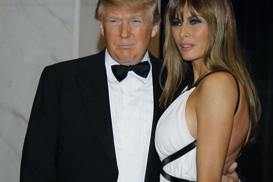 Donald Trump junto a su esposa Melania, quien hará de maestra de ceremonia esta noche. (Foto Prensa Libre: AP).