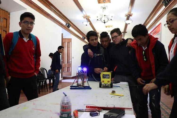 Estudiantes de bachillerato desarrollaron un robot de peleas con material reciclable. (Foto Prensa Libre: María Longo)