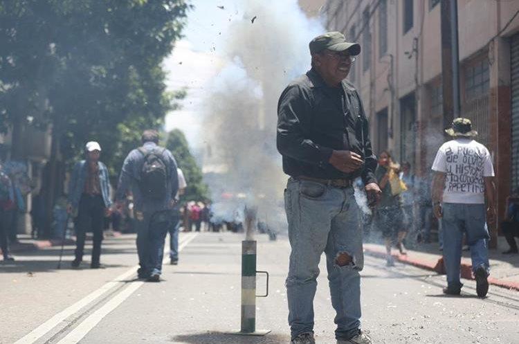 Personas quemaron bombas voladoras frente al Congreso.