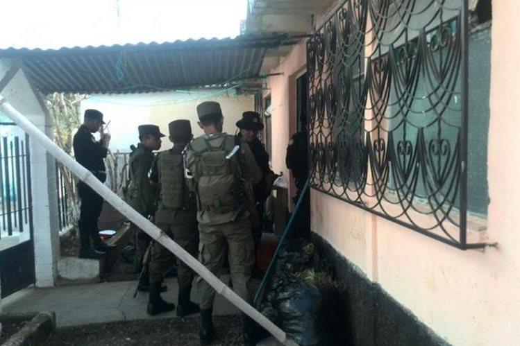 Agentes de la Policía Nacional Civil y del Ejército, efectúan allanamientos en la zona 5 de Mixco. (Foto Prensa Libre: Erick Ávila)