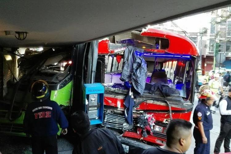 La Policía Municipal de Tránsito investiga las causas que provocaron el choque de autobuses en la zona 1, que dejó al menos diez heridos. (Foto Prensa Libre: É. Ávila)