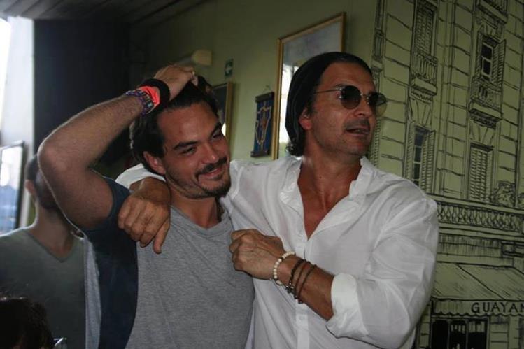 El argentino Sebastian Molina que imita a Ricardo Arjona, junto al cantautor guatemalteco. (Tomada del Facebook de Sebastian Molina)