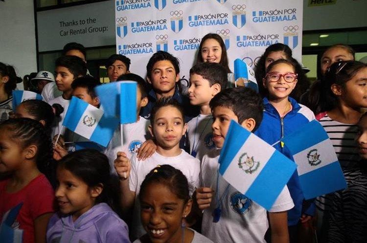 Vega fue recibido por una comitiva de niños en el Aeropuerto Internacional La Aurora.