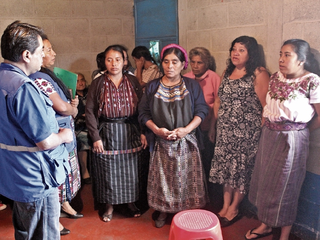 Personal de la PDH efectúa una inspección en la cárcel para mujeres de Sololá, donde las reclusas denuncian que viven entre precariedades.