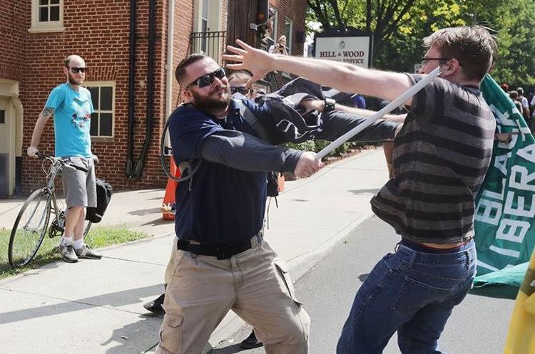 Un supremacista se enfrenta a un activista en Charlottesville. (Foto Prensa Libre: AFP)