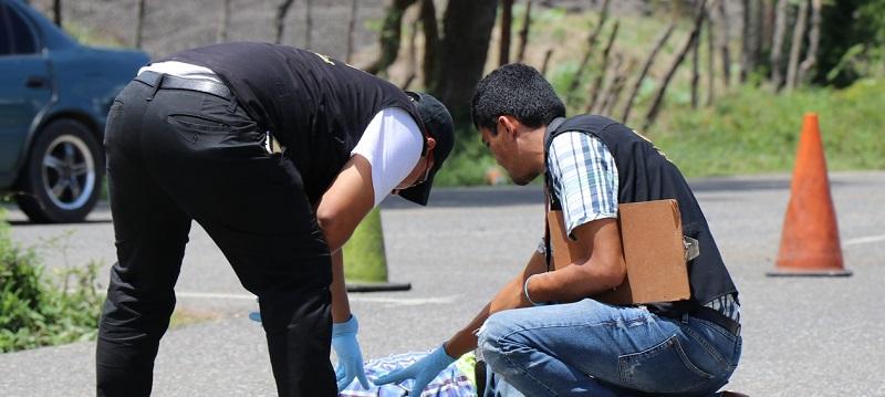 Peritos del MP recaban evidencias en el lugar donde se produjo el percance. (Foto Prensa Libre: Mario Morales)