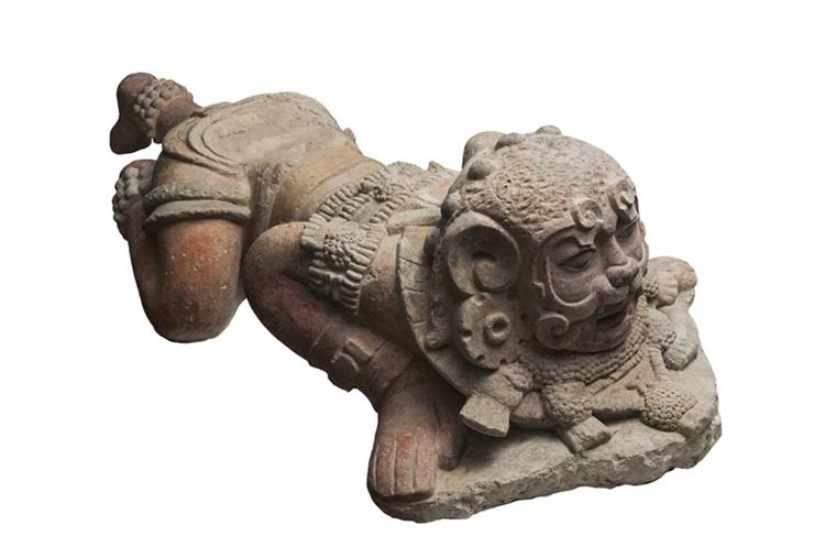 Escultura de estuco de personaje ataviado con máscara de jaguar, que data del Clásico Temprano (ca. 250 AD- 600 d.C.). (Foto Prensa Libre, cortesía Ruta Maya).