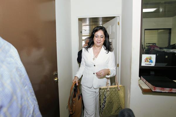 La jueza Jisela Reinoso, sale de la audiencia de cinco horas en donde presentó sus pruebas de descargo. (Foto Prensa Libre: Rodrigo Mendez).