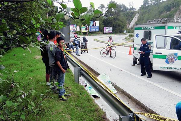 Bomberos Municipales Departamentales y vecinos, en el km 85 ruta Interamericana, Tecpán Guatemala, Chimaltenango, donde murió el agente de la Policía Nacional Civil, al caer de un bus en marcha. (Foto Prensa Libre: José Rosales)