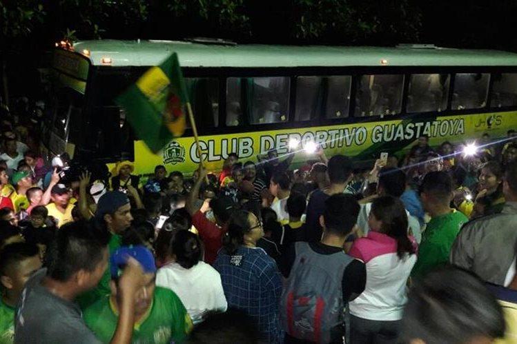 Cientos de seguidores recibieron a Guastatoya después de que el equipo oriental logró su pase a la final del Clausura 2017. (Foto Prensa Libre: Cortesía Herman Martínez).