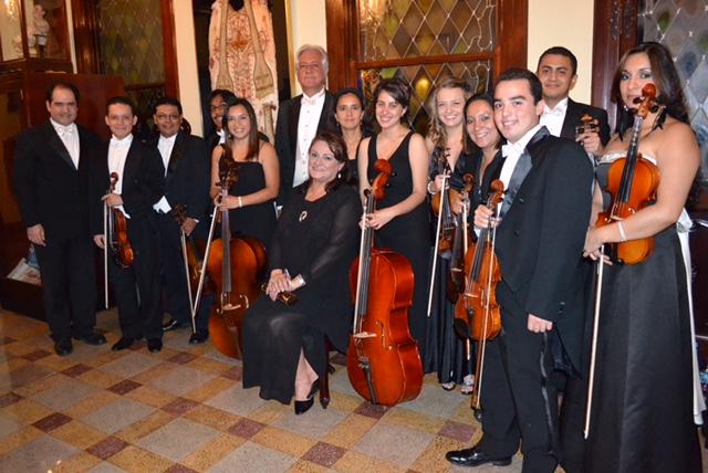 La Orquesta y el Coro Millennium, bajo la dirección del maestro Dieter Lehnhoff, interpretarán melodías de la temporada navideña. (Foto Prensa Libre: Cortesía: Concierto Bajo la Estrella de Belén)