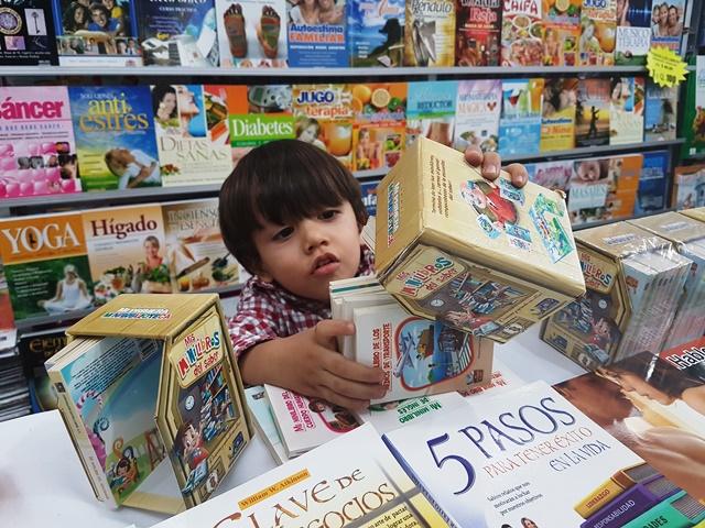 Los libros favoritos del niño de dos años son los de carros y animales (Foto Prensa Libre: Sandra Vi)