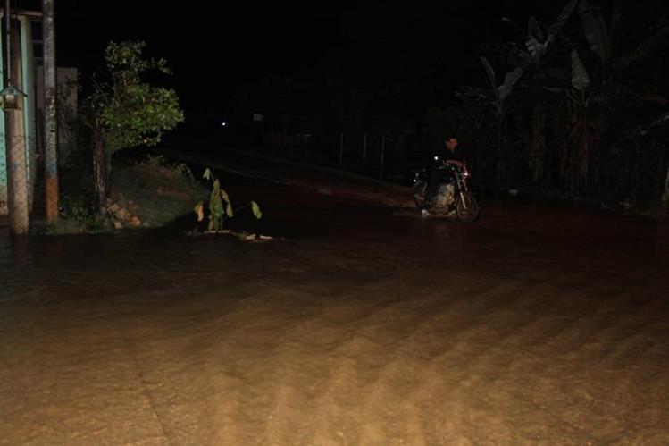 Calles en barrios de Poptún, Petén, quedaron anegadas por el desborde de ríos. (Foto Prensa Libre: Walfredo Obando)