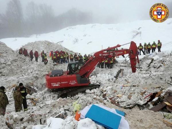 Hasta el momento asciende a 15 la cifra de muertos y hay 17 personas desaparecidas. (EFE).