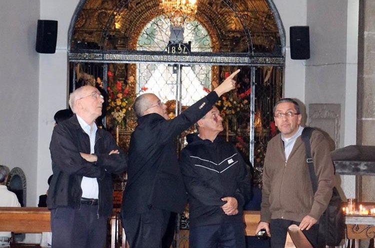 Un grupo de sacerdotes observa los daños en el interior del templo. (Foto Prensa Libre: Carlos Ventura)
