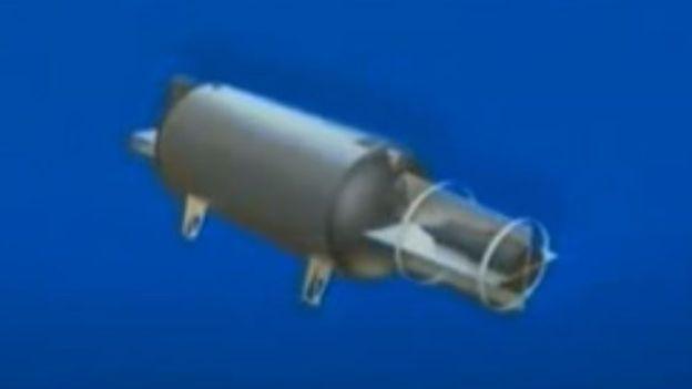 Los soportes de la bomba son consistentes con el sistema de deslizamiento desde un avión militar de carga. CANAL 1