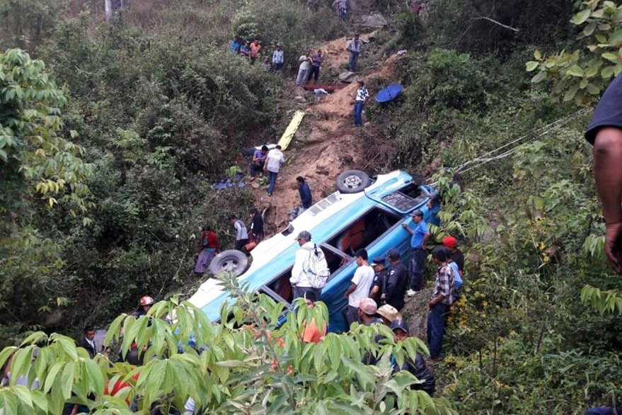 Microbús quedó destruido a causa del impacto. (Foto Prensa Libre: Héctor Contreras).