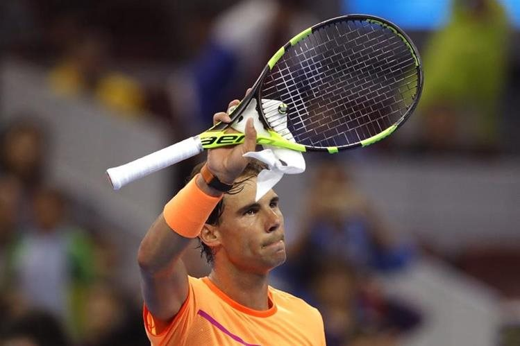El tenista español Rafael Nadal celebra después de derrotar al italiano Paolo Lorenzi en el torneo de Pekín. (Foto Prensa Libre: AP)