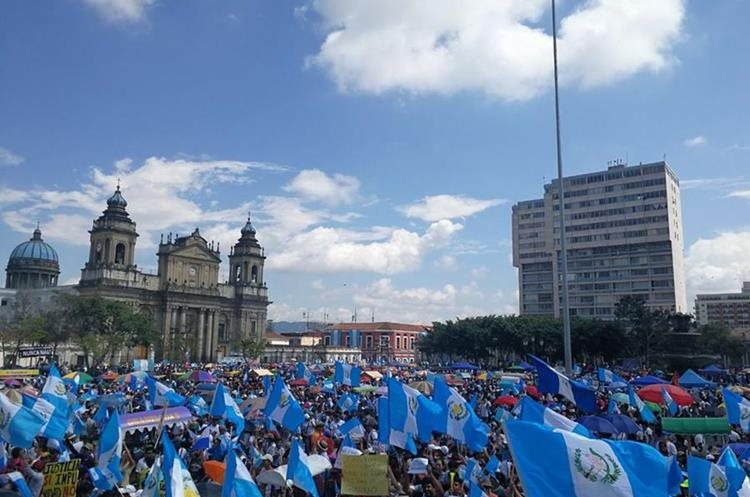 Cientos de personas manifiestan su rechazo a la corrupción frente al Palacio Nacional de la Cultura. (Foto Prensa Libre: Estuardo Paredes)